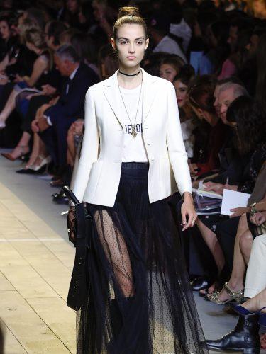 Conjunto 'black and white' durante el desfile de primavera/verano 2017 de Maria Grazia Chiuri de Dior