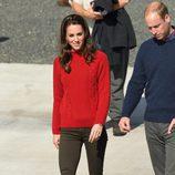 Kate Middleton con un look casual visitando Isla Carlota durante su tour por Canadá