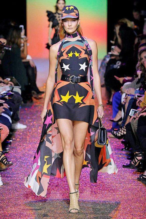 Karlie Kloss con un vestido corto con estampado de estrellas de Elie Saab en París
