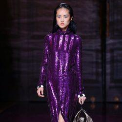 Vestido paillette en púrpura Nina Ricci de la colección primavera/verano 2017 en la Paris Fashion Wee