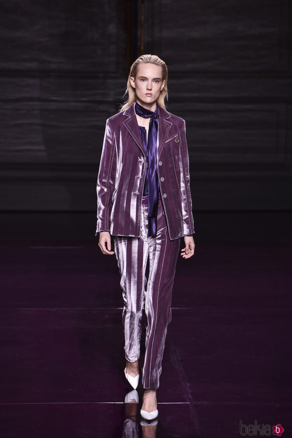 Traje morado de la colección primavera/verano 2017 de Nina Ricci en Paris Fashion Week