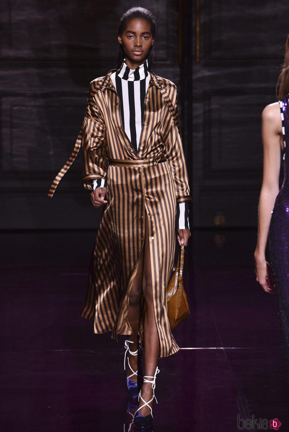 Traje dorado de rayas de la colección primavera/verano 2017 de Nina Ricci en Paris Fashion Week