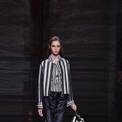 Falda negra de cuero de la colección primavera/verano 2017 de Nina Ricci en Paris Fashion Week