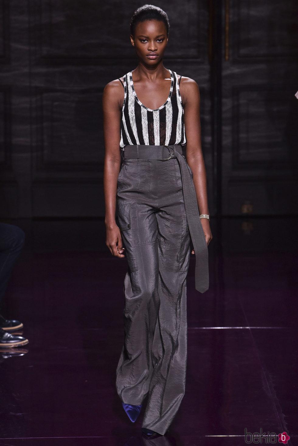 Pantalón gris marengo de la colección primavera/verano 2017 de Nina Ricci en Paris Fashion Week
