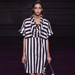Vestido de rayas de la colección primavera/verano 2017 de Nina Ricci en Paris Fashion Week