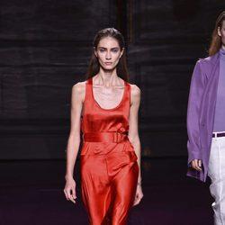Jumpsuit rojo de la colección primavera/verano 2017 de Nina Ricci en Paris Fashion Week