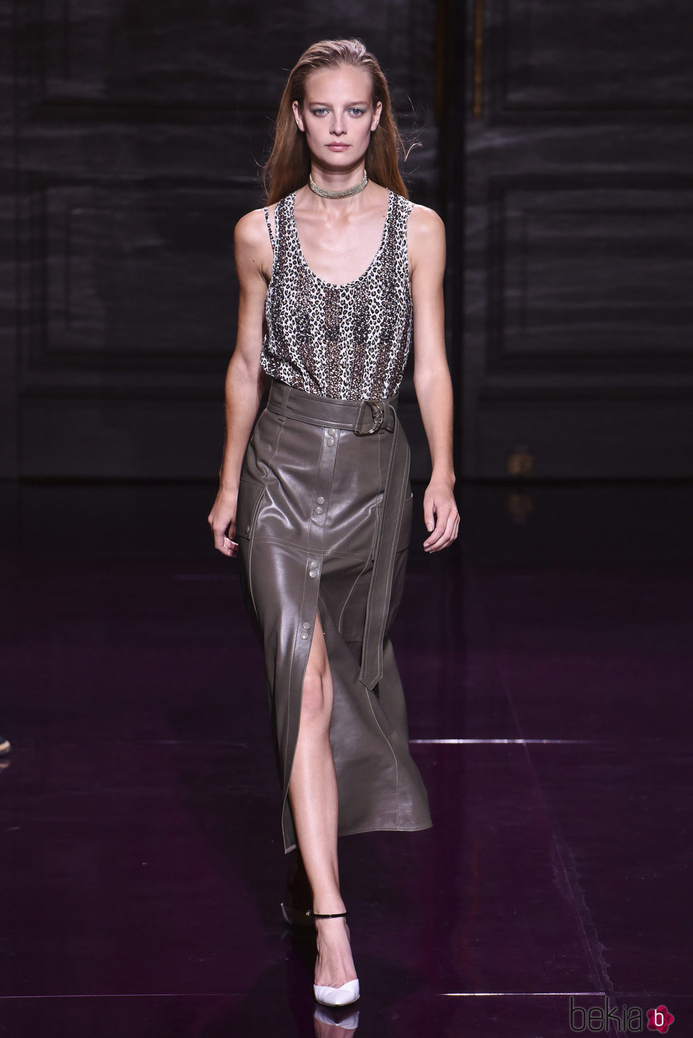 Falda de cuero gris de la colección primavera/verano 2017 de Nina Ricci en Paris Fashion Week
