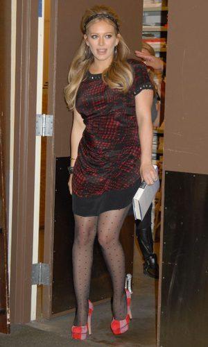 Hilary Duff apuesta por los Charlotte Olympia a todo color