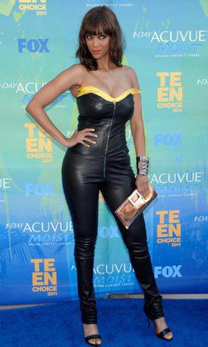 Tyra Banks con mono de cuero