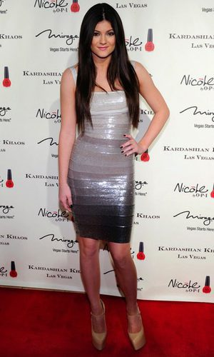 Kylie Jenner brilla con un vestido venda plateado