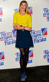 Laura Sánchez, cual colegiala, de amarillo