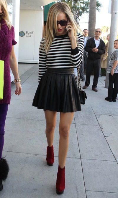 Ashley Tisdale, con falda de cuero