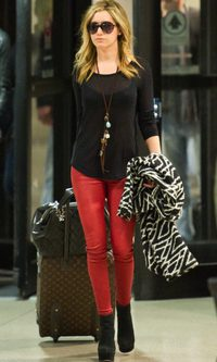 Ashley Tisdale con look de aeropuerto