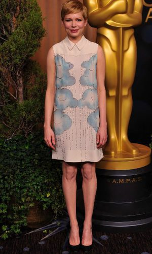 Michelle Williams con vestido by Victoria Beckham