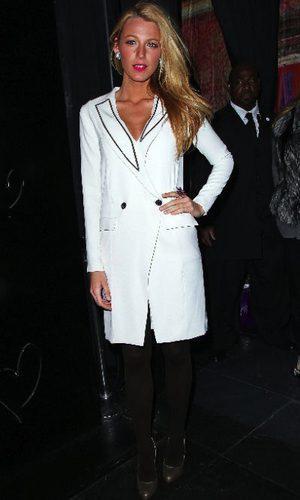 Blake Lively con vestido tuxedo blanco