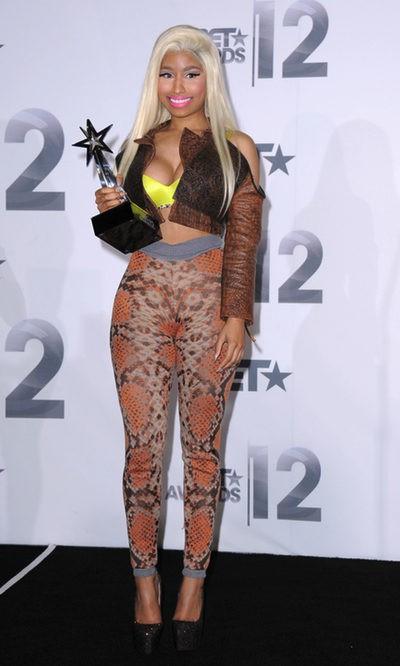 Nicki Minaj mezcla estampados y colores flúor