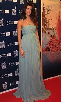 Clara lago con vestido de inspiración griega