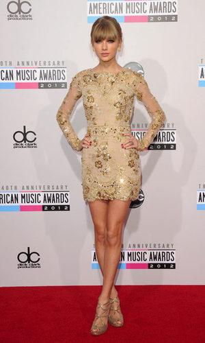 Taylor Swift acierta con su look sobre la alfombra roja