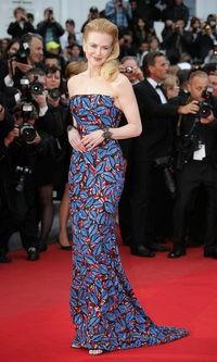 Nicole Kidman se enfunda en un llamativo vestido con estampado floral rojo y azul