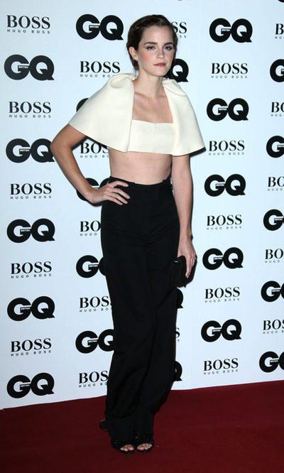 Emma Watson arriesga con un top tipo 'bolero' de Balenciaga