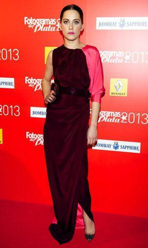 María León apuesta y gana con un vestido bicolor