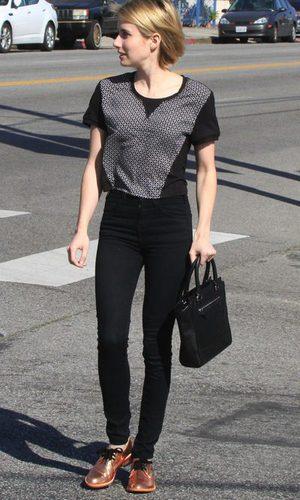 Emma Roberts presume de zapatos de acabado en cobre