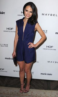 Jordana Brewster, jumpsuit short en azul noche