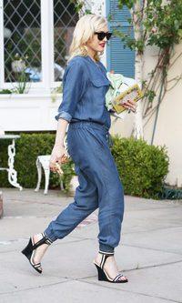 Gwen Stefani apuesta por un jumpsuit vaquero