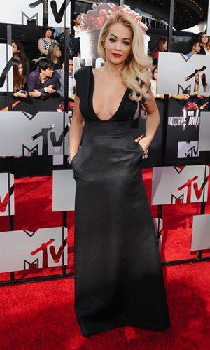 Rita Ora, con escotazo y bolsillos de fiesta