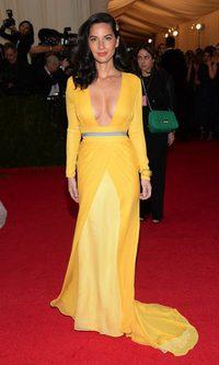 Olivia Munn arriesga y gana con el amarillo