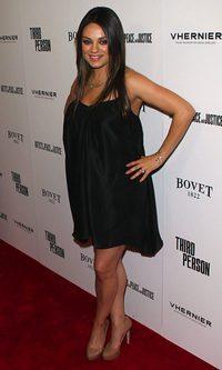 Mila Kunis 'oculta' su embarazo sobre la alfombra roja