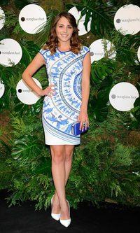 Andrea Duro con un vestido de estampado griego
