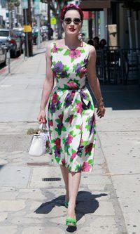 Dita Von Teese con estampado floral