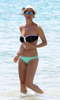 Vania Millán se suma a la tendencia del bikini desparejado