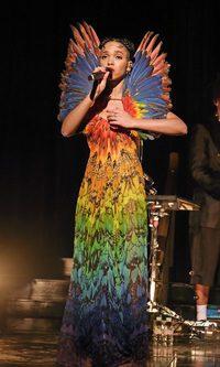 FKA Twigs se hace pájaro