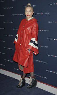 Rita Ora se va de fiesta con chubasquero