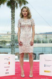 Ana Fernández se decanta por un 'print' elegante