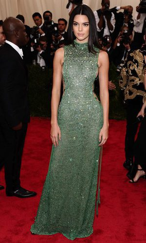 Kendall Jenner apuesta por el escote lateral