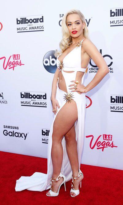 Rita Ora enseña el ombligo...y las intimidades