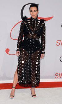 Una metálica y transparente Kim Kardashian