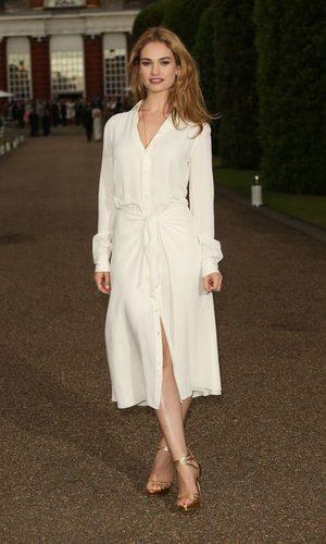 Lily James y su vestido-bata