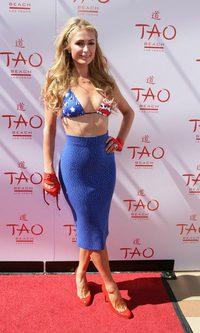 Paris Hilton se lleva la bandera al pecho