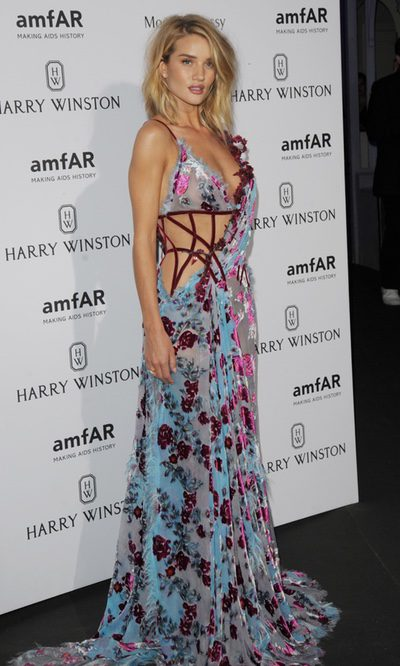 Rosie Huntington-Whiteley y su Versace, de la pasarela a la fiesta