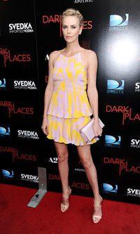 Charlize Theron y su peculiar Dior plisado