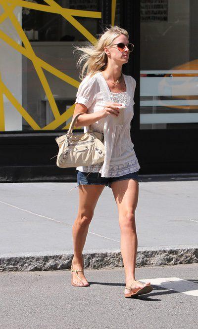 Nicki Hilton, shorts vaqueros como fondo de armario