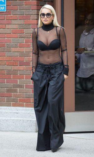 Rita Ora, todo al negro