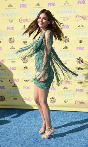 Victoria Justice, radiante con su vestido de flecos