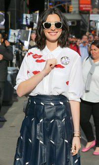 Anne Hathaway conquista con sus besos