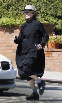 Diane Keaton se envuelve en un sayo negro