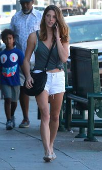 Ashley Greene, con un look playero por Hollywood